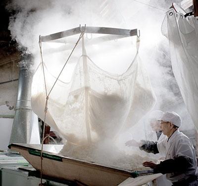 酒米のおいしさを引き出す「和釜蒸し」(浅舞酒造のホームページより)