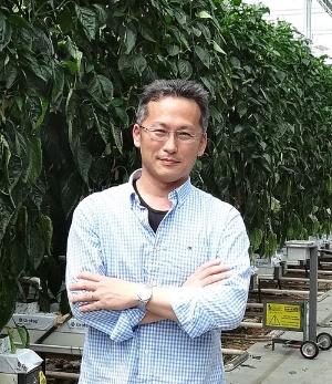 日本の施設園芸の技術向上に取り組んできた久枝和昇氏(安倍晋三首相も訪ねたオランダのパプリカ農場で)