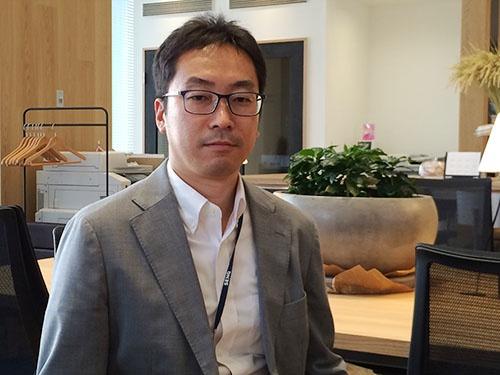 「植物工場の生産性はまだまだ高まる」と話す北島正裕氏(東京都中央区のオフィス)