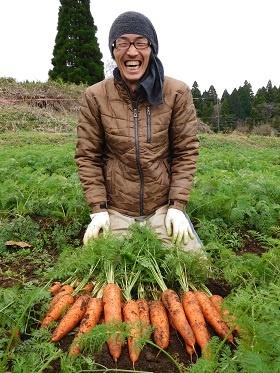 小祝政明さんの指導でニンジンの収量を増やした飯星淳一さん(熊本県山都町)