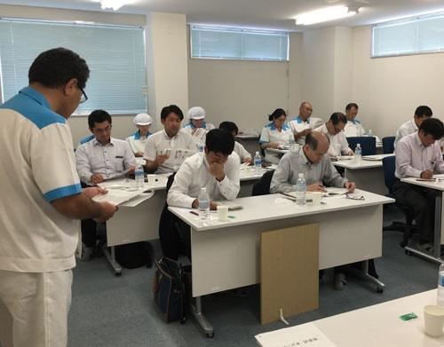 国産米とカルローズの比較検査で説明を受ける審査員たち(日本炊飯協会提供)