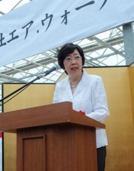 エア・ウォーター農園の開所式であいさつする太田房江氏(2011年7月、北海道千歳市)