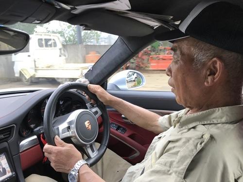 愛車のポルシェ911カレラを運転する。加速がすごく、停止は滑らかだった。(埼玉県川越市)