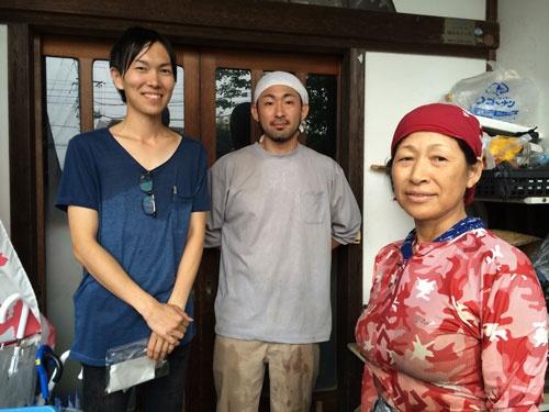 エマリコくにたちの山川武士さん㊧。青木克訓さん、母の幸子さんの親子の農家を集荷で訪ねた(多摩市)