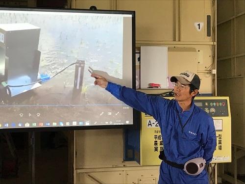 九大と共同開発した自動給水機を説明する横田修一さん