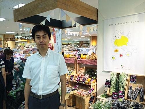 「野菜は理性ではなく、舌で買うもの」と話す菱沼勇介さん(多摩市センター三越)