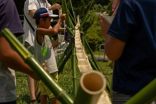 竹の香りで魅力が増す「流しそうめん」(山梨県北杜市、写真提供:JTB)