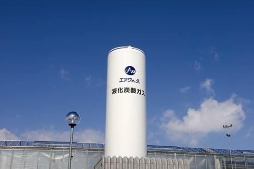 農園に二酸化炭素を供給する炭酸ガスのタンク。ガス会社の強みを生かした。(北海道千歳市、エア・ウォーター提供)