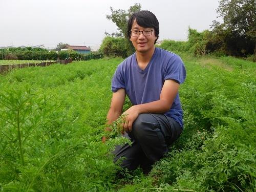 ベテラン農家から臨機応変の栽培技術を学ぶ井上祐輔さん(東京都瑞穂町)