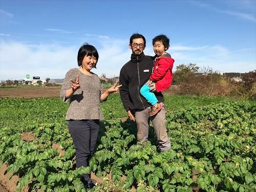 東京で農的な暮らしを追求する井垣さん一家。8歳の娘さんはこの日は畑にいなかった(瑞穂町)