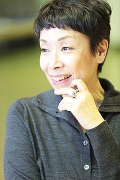平松洋子(ひらまつ・ようこ)<br/> エッセイスト<br/>1958年岡山県生まれ。東京女子大学文理学部社会学科卒業。『買えない味』で第16回Bunkamuraドゥマゴ文学賞受賞、『野蛮な読書』で第28回講談社エッセイ賞受賞。ほかに『味なメニュー』『ステーキを下町で』『夜中にジャムを煮る』『サンドウィッチは銀座で』、『ひさしぶりの海苔弁』など。 (写真:鈴木愛子、以下同)