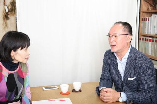 山井太社長(写真右、左は聞き手の川島蓉子さん)。1959年、新潟県三条市生まれ。明治大学を卒業後、外資系商社に勤務。86年、父が創業したヤマコウ(現スノーピーク)に入社する。新規事業としてキャンプ用品を開発し、現在のオートキャンプシーンを創り上げる。96年に社長に就任し、社名を「スノーピーク」に変更。自身が毎年30~60泊をキャンプで過ごすというアウトドア愛好家として知られる。(写真=鈴木愛子、以下同)