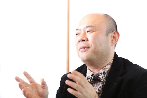 <b>孫 泰蔵</b>(そん・たいぞう)氏<br /> Mistletoe株式会社 代表取締役社長兼CEO  1972年生まれ。佐賀県出身。東京大学在学中にYahoo! JAPANの立ち上げに参画。その後、インターネットのコンテンツ制作、サービス運営をサポートする会社を興す。2002年、ガンホー・オンライン・エンターテイメント株式会社を設立、デジタルエンターテインメントの世界で成功をおさめる。その後も、様々なベンチャーの創業や海外企業との大型JVなど、ある時は創業者、ある時は経営陣の一人として、一貫してべ ンチャービジネスに従事した後、2009年に「2030年までにアジア版シリコンバレーのベンチャー生態系をつくる」として、スタートアップのシードアクセラレーターMOVIDA JAPANを設立。2013年、単なる出資にとどまらない総合的なスタートアップ支援に加え、自らも事業創造を行うMistletoe株式会社を創業。21世紀の課題を解決し、世の中に大きなインパクトを与えるようなイノベーションを起こす活動を国内外で本格的に開始、ベンチャーの活躍が、豊かな社会創造につながることを目指している。(写真:鈴木 愛子、以下同)