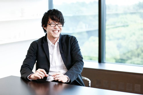 <b>佐藤オオキ氏</b><br />nendo(ネンド)代表。<br/>1977年カナダ生まれ。早稲田大学大学院理工学研究科建築学専攻修了、同年、ネンドを設立。2005年にはミラノオフィスを設立。06年にはニューズウィーク誌の「世界が尊敬する日本人100人」に選ばれる。<br/>コカ・コーラやルイ・ヴィトンから大正製薬やロッテ、日清食品など国内外にクライアントを持ち、プロダクト、 グラフィック、インテリアから建築と多岐に渡ってデザインを手掛ける。<br/>作品はニューヨーク近代美術館のほか、パリ装飾美術館、英ヴィクトリア・アンド・アルバート美術館など世界の美術館に収蔵されている。<br />日本のグッドデザイン賞を11作品で受賞。そのほかエル・デコ誌の賞を最年少で受賞するなど、各国のデザイン賞を受賞。「佐藤オオキのボツ本」(日経BP社)ほか著書も多数。(写真=大畑陽子、以下同じ)