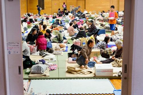 多くの被災者が避難所生活を余儀なくされている(写真:The New York Times/アフロ)