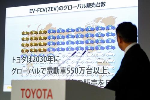 決算発表の際に電動車戦略に触れるトヨタ自動車の豊田章男社長(写真:Rodrigo Reyes Marin/アフロ)
