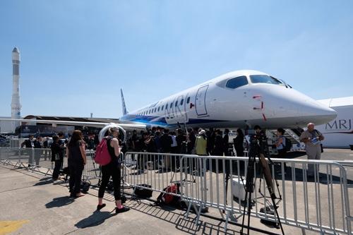 パリ航空ショーで実機が初展示された「MRJ」(写真=中尾由里子/アフロ)