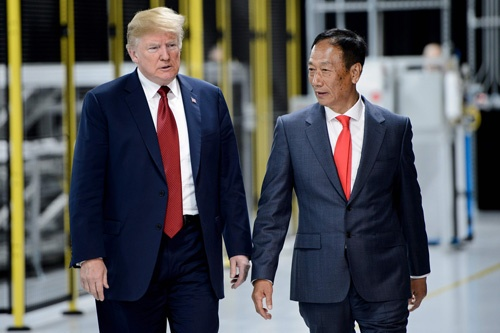 ウィスコンシン州での新工場建設セレモニーに同席したトランプ米大統領(左)と鴻海精密工業のテリー・ゴウ会長(写真:AFP/アフロ)
