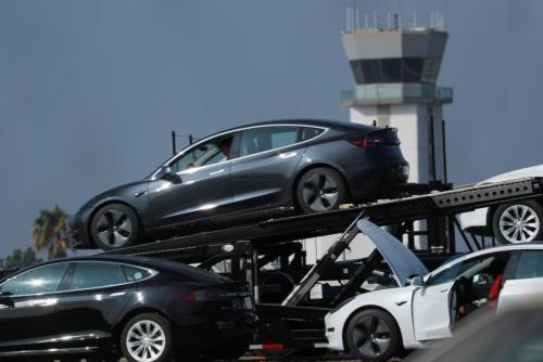 輸送されるテスラの新車 (写真:ロイター/アフロ)