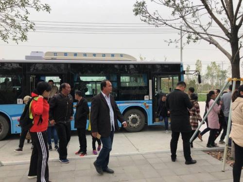 専用のバスで雄安新区市民サービスセンターを訪れる人々