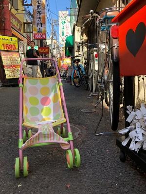 このペラペラなベビーカーを見られるのはリアルチャイナならでは(横浜中華街)
