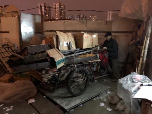 損が出ないよう、リヤカーを慎重に秤に乗せる(上海光復西路。2018年12月)