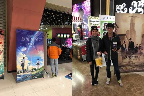 「急な公開決定で上映館でもポスターが間に合わなかったところがあった」(関係者)とのことで、「結末に安心した」と話す中国人夫婦が観た上映館にはポスターがなく、仕方なくハリー・ポッター新シリーズのポスター前で記念撮影