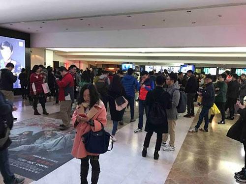 観衆は20代の男女が中心(上海市内の映画館)