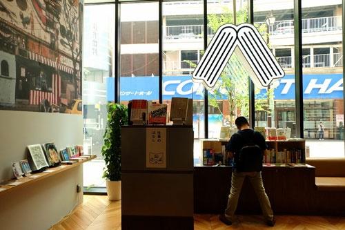 書店の窓には本をかたどる大きなロゴマーク