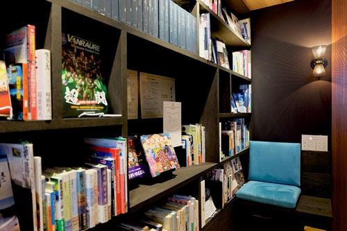 本棚の横にある椅子席