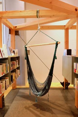 本棚の間につるされたハンモック席。リラックスして本にふれ合える