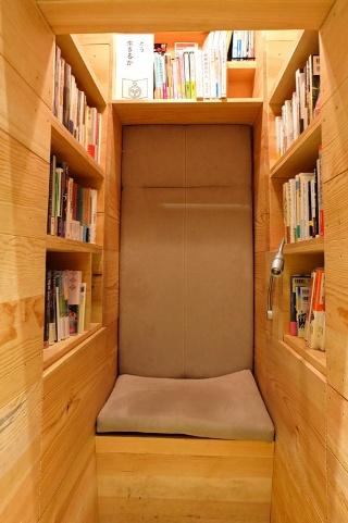 完全に1人になれる木製のボックス席