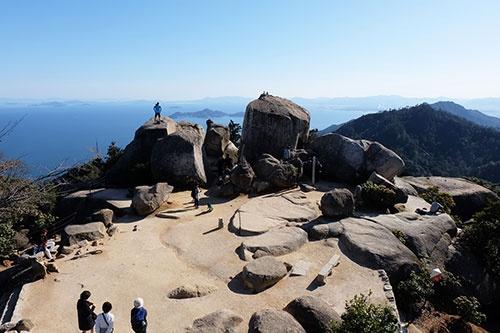 瀬戸内海国立公園宮島地区「弥山(標高535m)の山頂は視界を遮るものがない360度の景色を堪能できる。瀬戸内の島々、天気のいい日には遠く四国連山まで望める。2013年リニューアルした弥山展望台から撮影