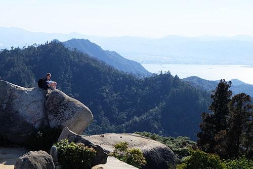 ミシュラングリーンガイドで三ツ星を得た弥山展望台の眺望。瀬戸内海と島々を一望する360°のパノラマ、山頂の巨石や神社仏閣などの魅力は一言では表せない