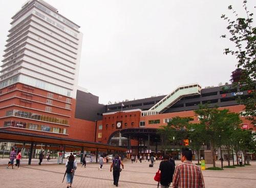 駅高架、駅南地区の区画整理と一体なった開発でJR大分駅前は大きく変貌。2015年4月16日開業、JR大分駅ビルは施設総面積約3万1千平方メートル、店舗数224。JR九州運営のアミュプラザで博多、鹿児島に次ぐ九州3番目の規模。<br />*備考 大分県による「JR大分駅付近連続立体交差事業」は第28回全国街路事業コンクールで最優秀賞の国土交通大臣賞を受賞。