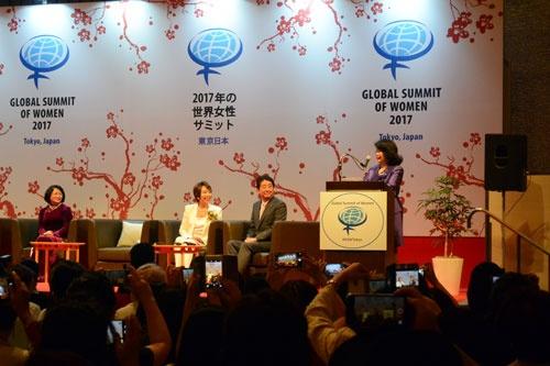 右から、安倍晋三首相に世界女性リーダーシップアワードを授与すると発表するアイリーン・ナティビダッド氏、安倍晋三首相、東京大会実行委員長の中村紀子氏、ベトナム国家副主席のダン・ティ・ゴック・ティン氏