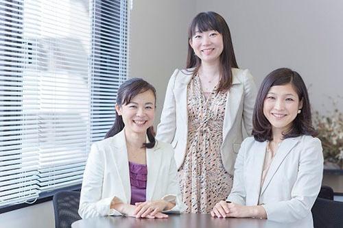 Warisの共同代表の3人。左から、米倉史夏さん/99年慶應大学卒業後、日本輸出入銀行(現:国際協力銀行)入行。その後ボストンコンサルティンググループ、リクルートを経て2013年にWaris設立。 田中美和さん/2001年慶應大学卒業後、日経ホーム出版社(現:日経BP社)入社。編集記者を経て2013年に起業。 河京子さん/2007年慶應大学卒業後、リクルートエージェント(現:リクルートキャリア)入社。2014年から現職