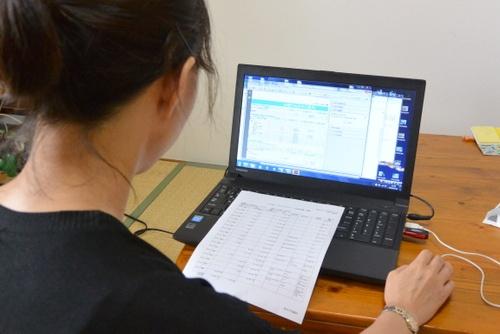 在宅ワークをする主婦も、社会保険料の負担を避けるため、年収130万円に収める人が少なくない(トューユーの在宅スタッフ)