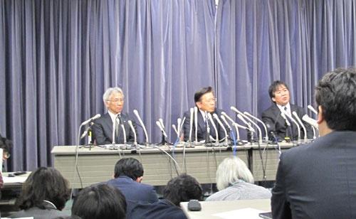 会見で説明する中尾龍吾副社長(左)、相川哲郎社長(中央)、横幕康次執行役員開発本部長(右)