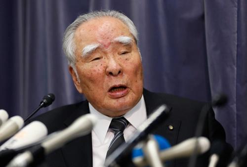 記者会見で語る鈴木修会長(写真:AP/アフロ)