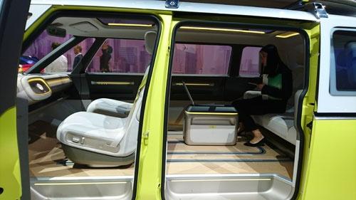 EV専用プラットフォームの「MEB」を使うと。広いフラットな床が実現できる(これはI.D. Buzz conceptの内装)