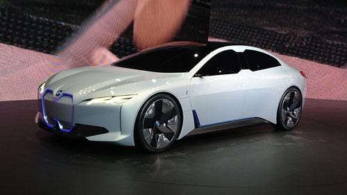 BMWが出展した高級4ドアセダンのEVコンセプトカー「BMW i Vision Dynamics」。現在のBMWセダンとは異なるデザイン要素を採用した