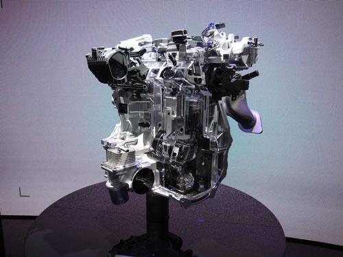 日産自動車がパリモーターショーに出展した「可変圧縮比エンジン」。「Infiniti」ブランドのブースで「VC(Variable Compression)ターボ」として展示された。2018年の実用化を目指す