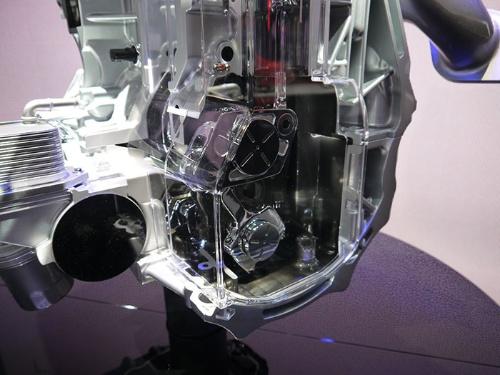 圧縮比を変える機構。クランク軸の下に配置されている。