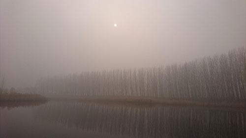 雄安新区を訪れた日は、白洋淀の湖畔にも濃いスモッグが立ちこめていた
