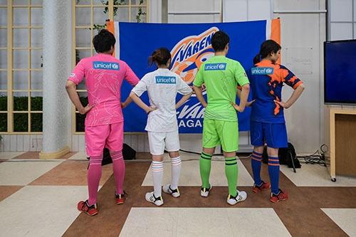 18年シーズンの新ユニホームは、長崎からサッカーを通して平和への思いを発信し続けることをテーマにした。その象徴として、背番号の上にユニセフのロゴを展開