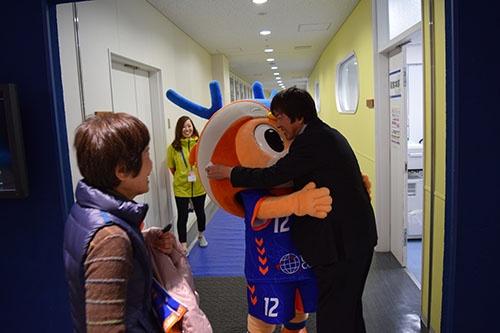 Jリーグ昇格後、初勝利を挙げた日、クラブのマスコットキャラクターのヴィヴィくんと抱き合う髙田明社長