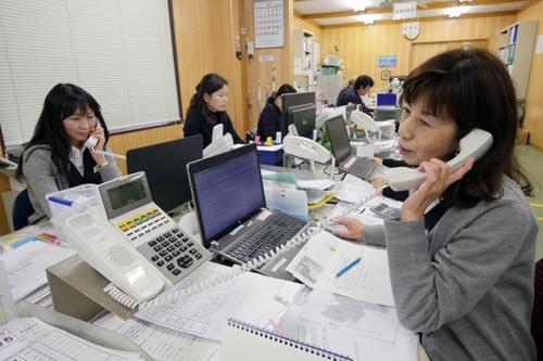 社長が訪問した企業にパート社員を含む女性社員が電話営業をかける(写真:新関雅士)