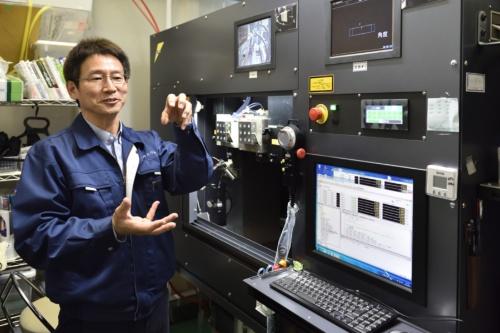 内山社長は大学院の教授らと一緒に、レーザー技術を使った工具加工機を開発した(右の装置、写真:上野英和)