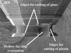 複合素材を削る工具の刃先の拡大画像